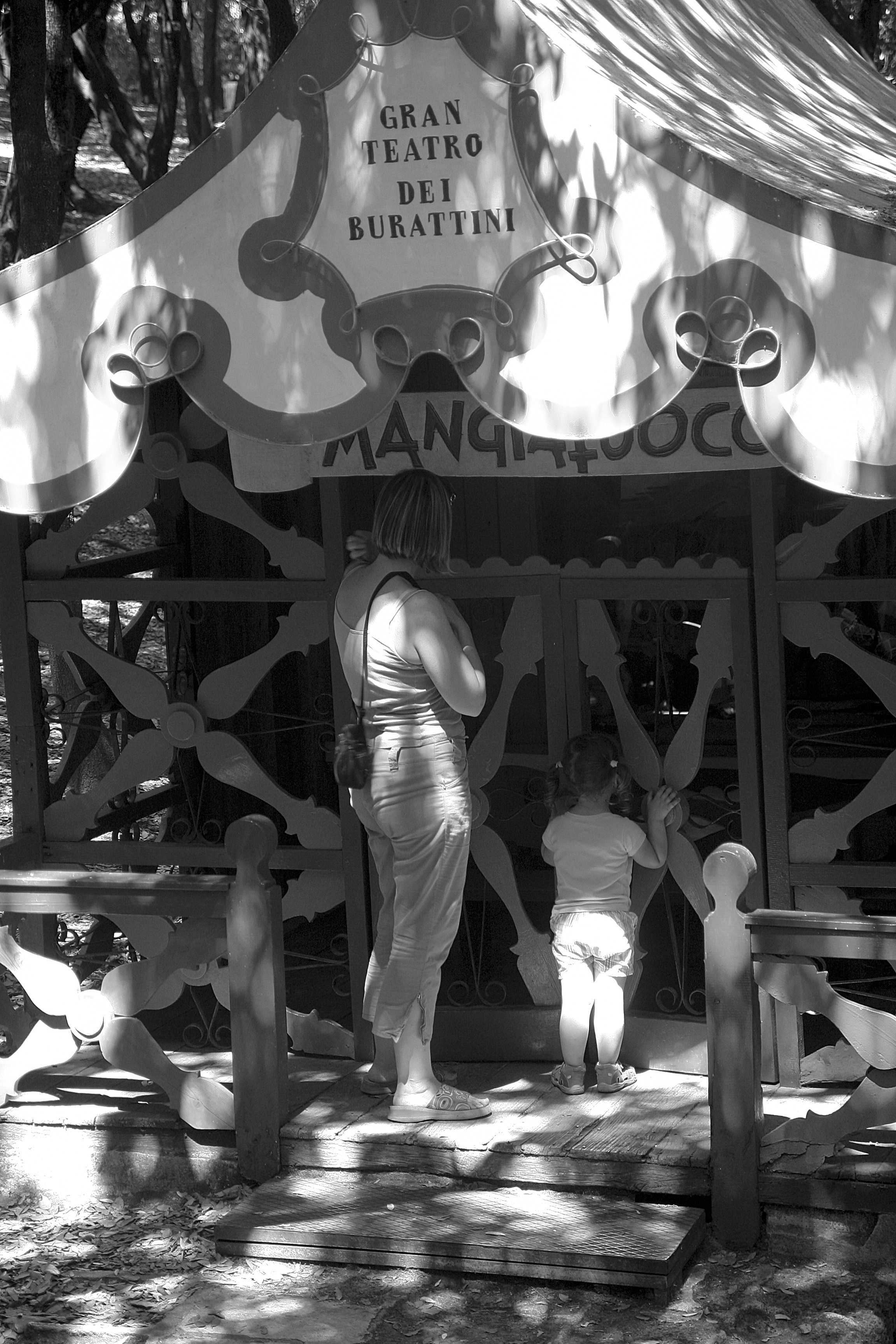 Silvia and Elisa watching the Marionettes theater – BW