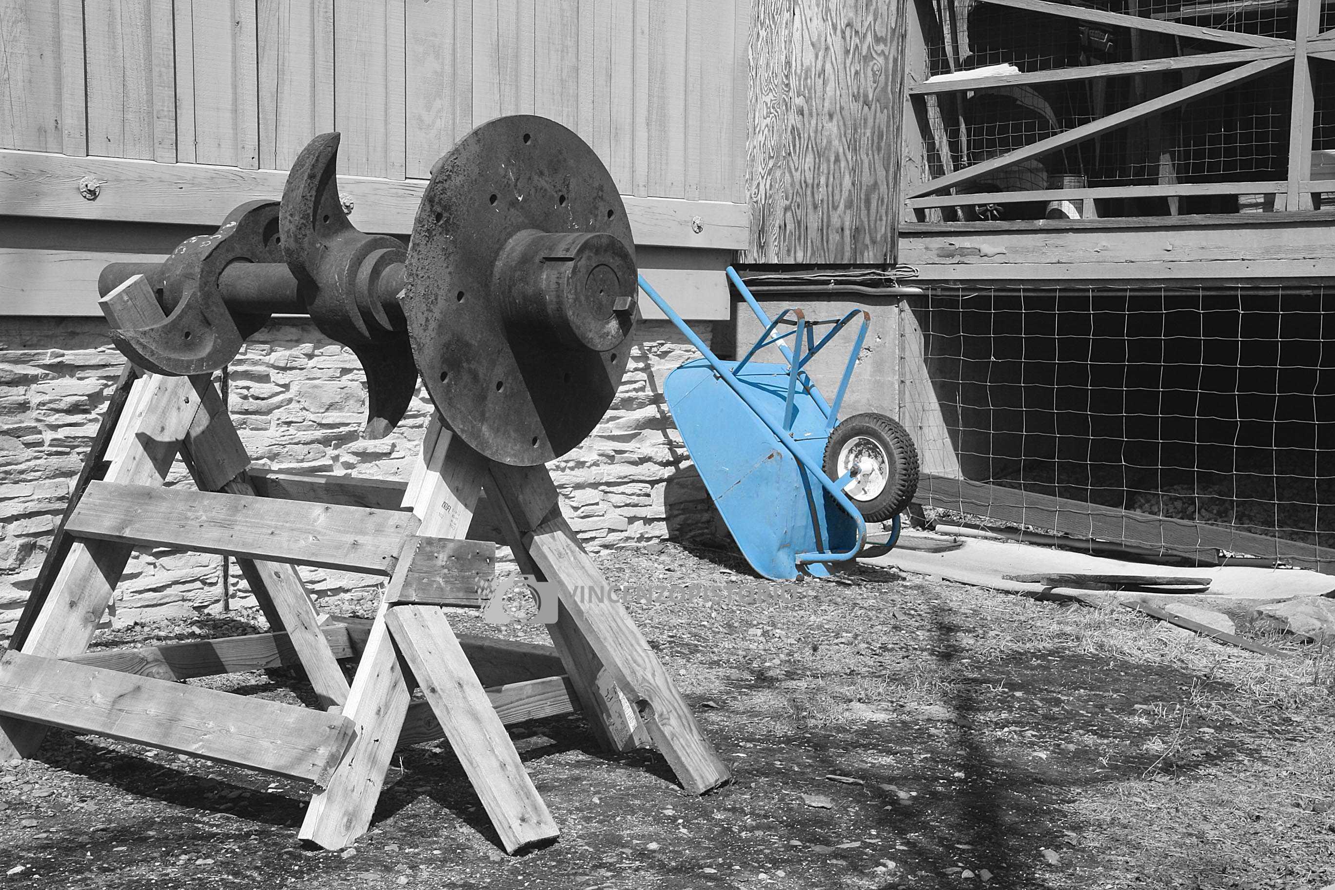 Azure wheelbarrow in Mariposa museum – BW