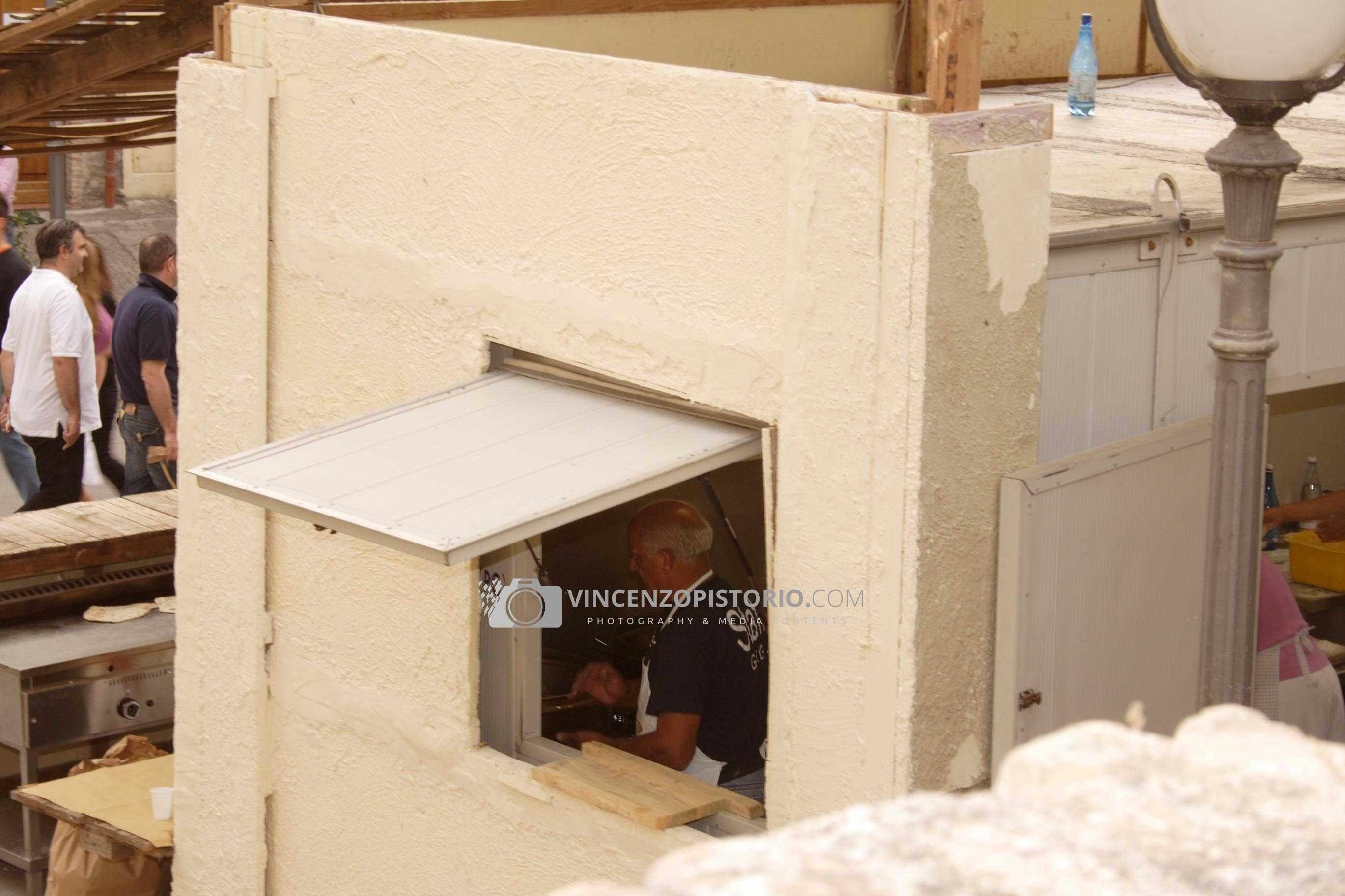 A man preparing fregnacce